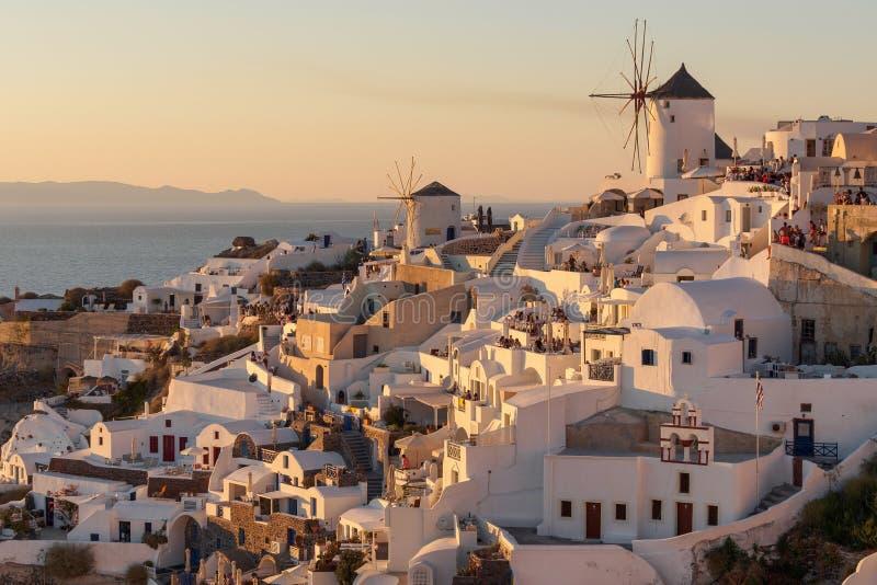 Oia镇日落视图圣托里尼的在希腊 免版税库存图片