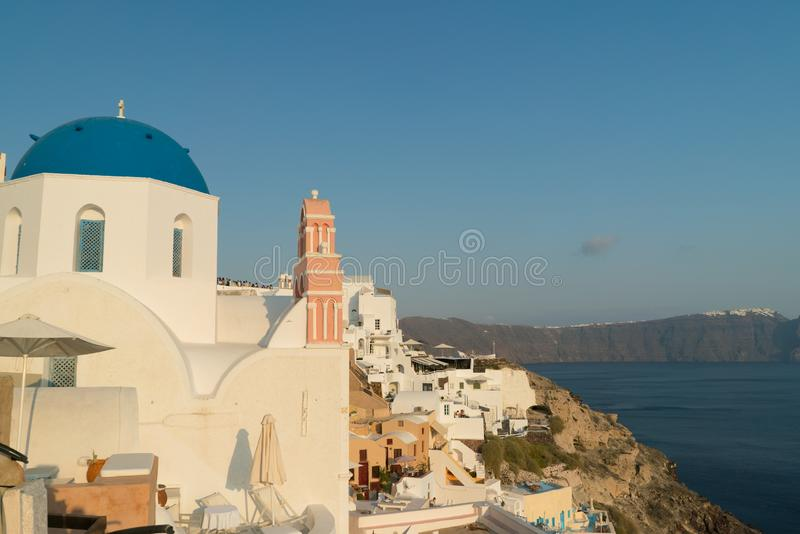 Oia πόλη στο νησί Santorini, Ελλάδα Παραδοσιακές και διάσημες σπίτια και εκκλησίες με τους μπλε θόλους πέρα από Caldera στοκ φωτογραφίες