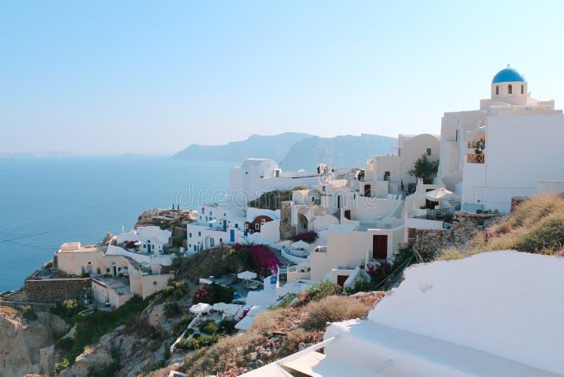 Oia πόλη στο νησί Santorini, Ελλάδα Παραδοσιακές σπίτια και θάλασσα στοκ εικόνες
