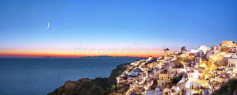 Oia bij zonsondergang Mooi panorama van het dorp van Oia, Santorini, Griekenland, Egeïsche overzees, Europa Het klassieke witte G royalty-vrije stock foto