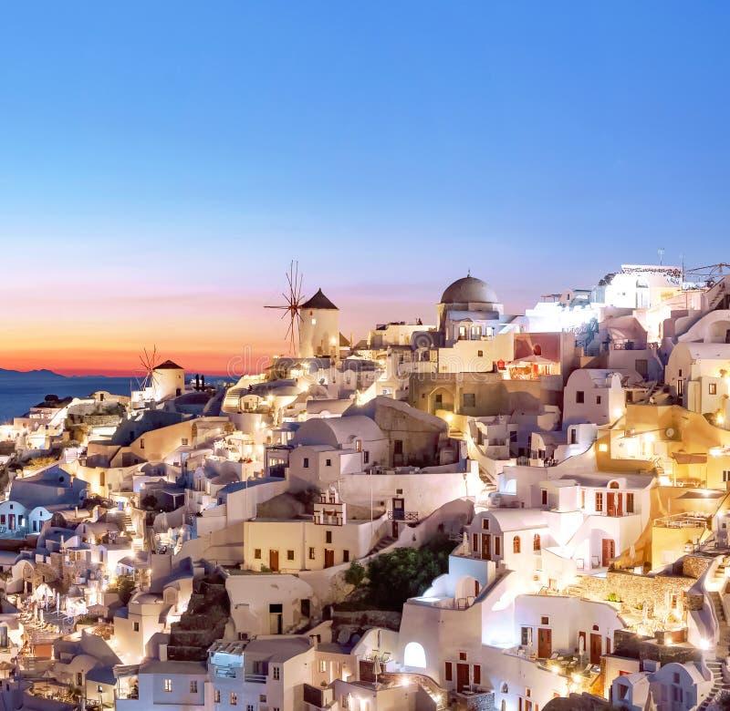 Oia bij zonsondergang Mooie mening van het dorp van Oia, Santorini, Griekenland, Egeïsche overzees, Europa Klassieke witte Grieks royalty-vrije stock foto's