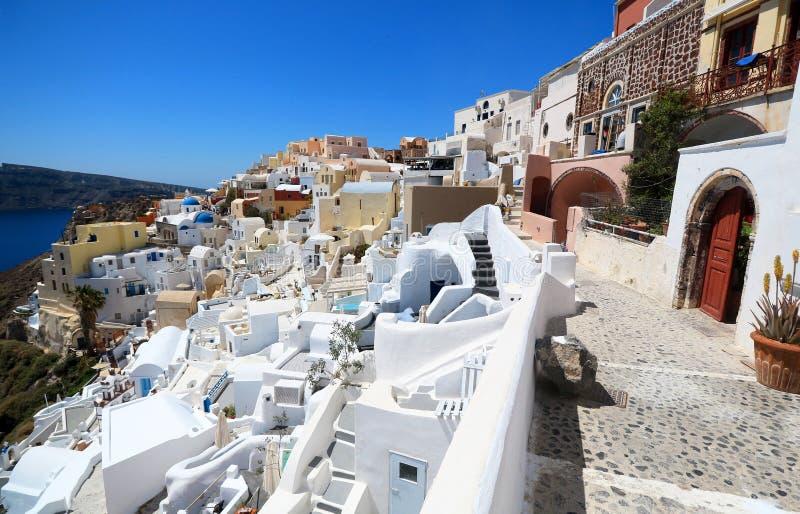 Oia de mening van de Dorpsstraat Santorini, Griekenland Witte wasgebouwen royalty-vrije stock foto