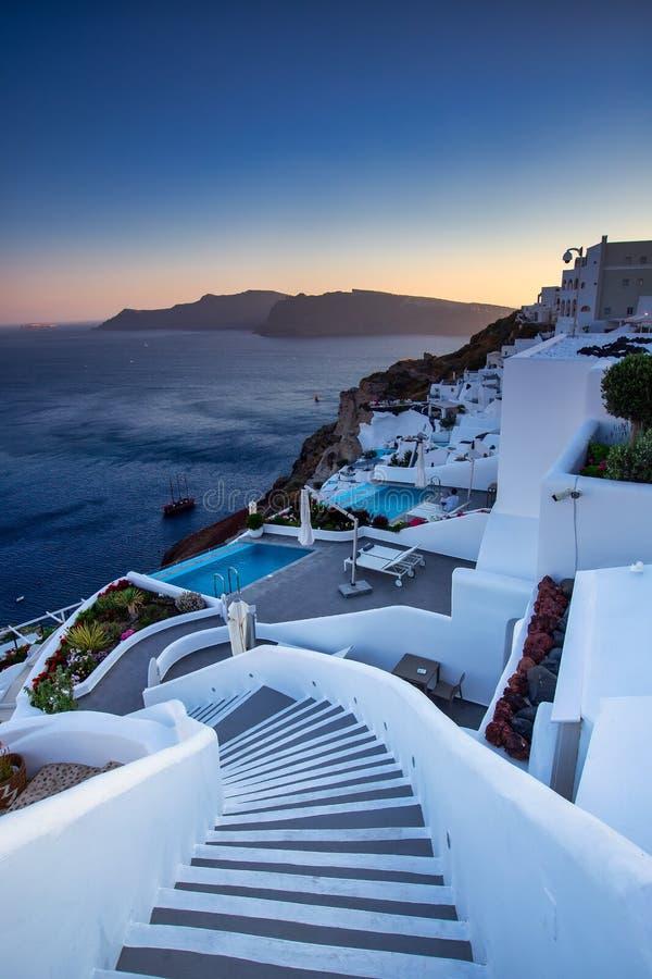 Oia dorp in Santorini-eiland bij zonsondergang in Griekenland stock foto's