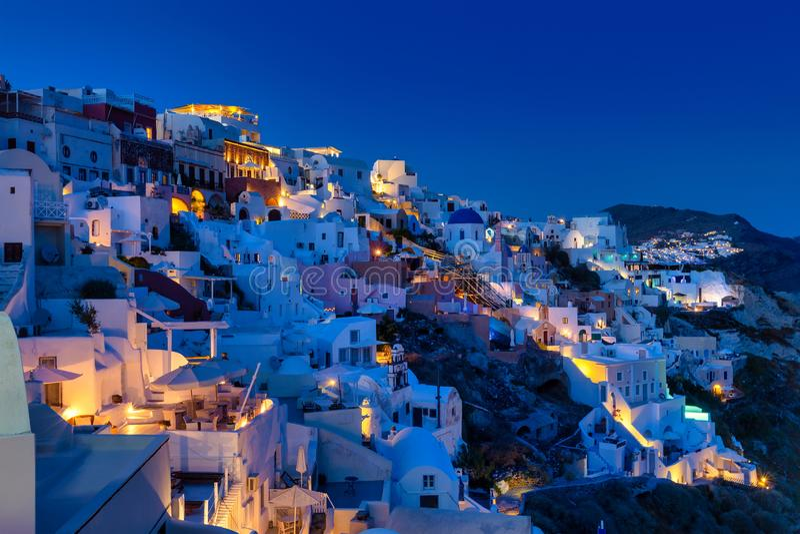 Oia dorp in Santorini-eiland bij zonsondergang in Griekenland stock afbeeldingen