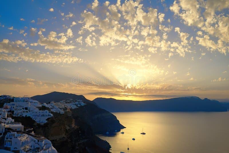 Oia dorp, zonsopgang over beroemde vulkanische caldera op Santorini i stock afbeelding