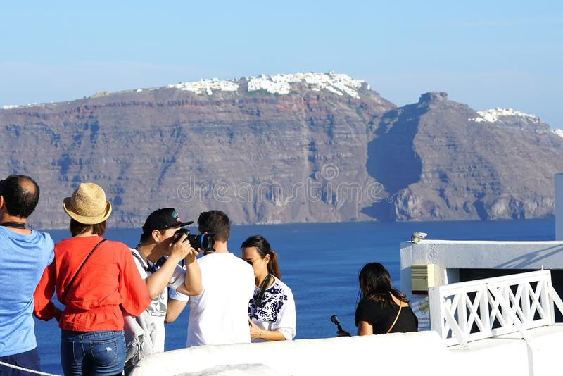 OIA, GRÈCE, le 19 septembre 2018 touristes attendant pour prendre des photos du coucher du soleil dans Santorini photographie stock libre de droits