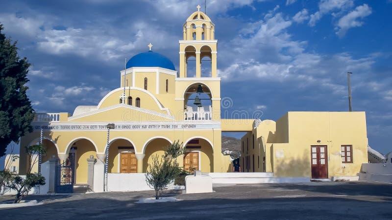 OIA, GREECE-SEPTEMBER, 9, 2016: zewnętrzny widok przód kościół st George w Oia na wyspie santorini obrazy stock