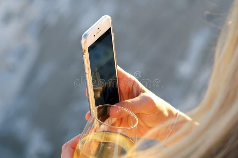 OIA GREKLAND, September 19, 2018 en turist tar ett fotografi genom att använda en mobiltelefon fotografering för bildbyråer