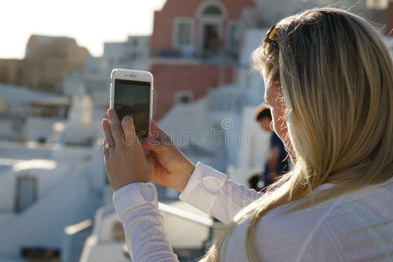 OIA GREKLAND, September 19, 2018 a-turisten tar ett fotografi genom att använda en telefon royaltyfria foton