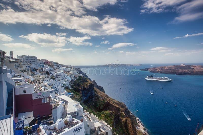 Oia by i den Santorini ?n p? solnedg?ngen i Grekland royaltyfri foto