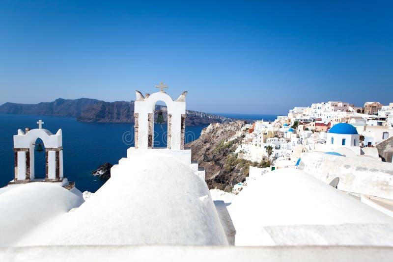 Oia miasteczko na Santorini wyspie, Grecja Tradycyjni i sławni biali domy i kościół z błękitnymi kopułami nad kalderą obrazy stock