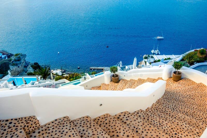 Oia miasteczko na Santorini wyspie, Grecja Tradycyjni i sławni domy i kościół z błękitnymi kopułami nad kalderą obraz stock