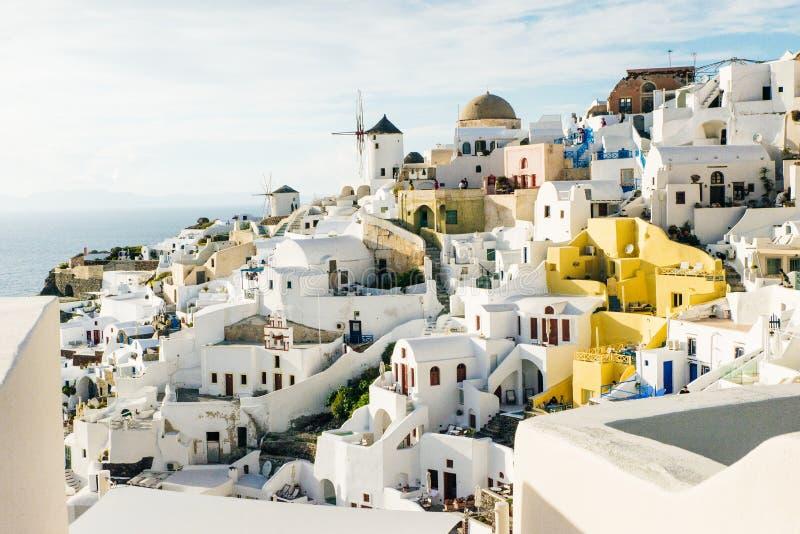 Oia mit traditionellen Windmühlen in Santorini, Griechenland stockbilder