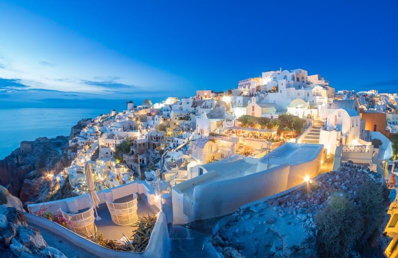 Oia by på solnedgången, Santorini ö royaltyfria bilder