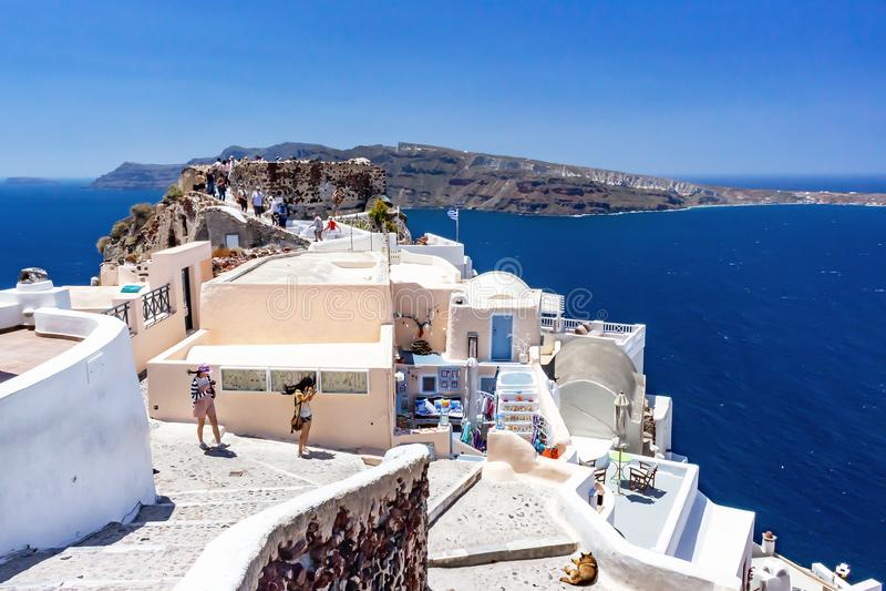 Oia - Santorini, Ελλάδα - 05-21-2014: Άποψη Oia με τους Λευκούς Οίκους και μια βαθιά μπλε θάλασσα ένας ουρανός, Santorini, Ελλάδα στοκ φωτογραφίες με δικαίωμα ελεύθερης χρήσης