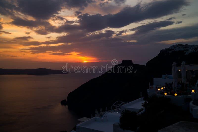 Oia Santorini известное с романтичными и красивыми заходами солнца стоковые изображения