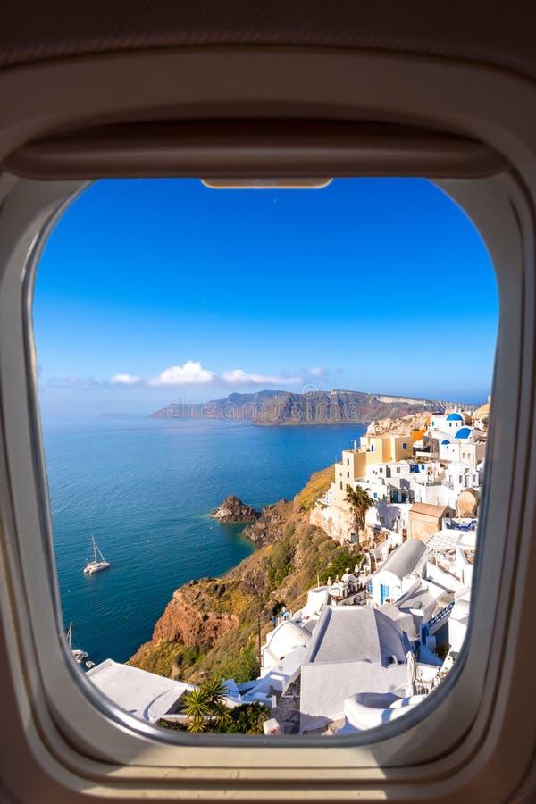 Oia stad op Santorini-eiland, Griekenland Traditionele en beroemde huizen en kerken met blauwe koepels over de Caldera royalty-vrije stock afbeeldingen