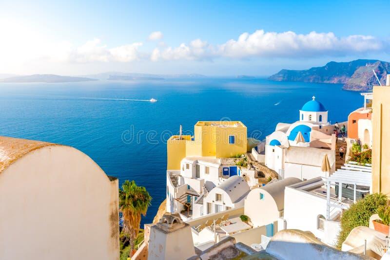 Oia stad op Santorini-eiland, Griekenland Traditionele en beroemde huizen en kerken met blauwe koepels over de Caldera, Egeïsche  stock foto's