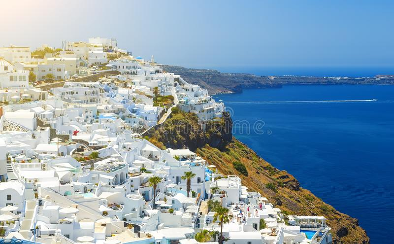 Oia stad op Santorini-eiland, Griekenland Traditionele en beroemde huizen en kerken met blauwe koepels over de Caldera, Egeïsche  royalty-vrije stock foto's