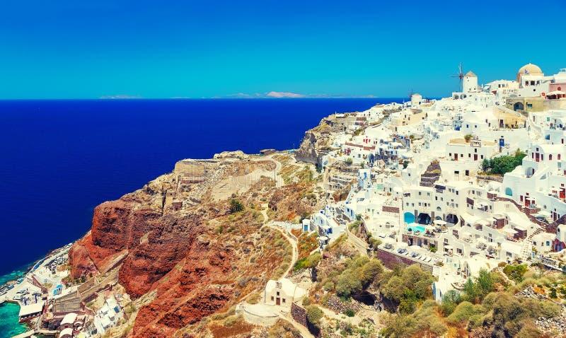 Oia stad op Santorini-eiland, Griekenland Traditionele en beroemde huizen en kerken met blauwe koepels over Egeïsche Caldera, royalty-vrije stock afbeelding