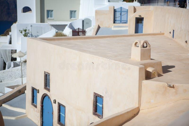 Oia stad op Santorini-eiland, Griekenland Traditionele en beroemde witte huizen en kerken met blauwe koepels over de Caldera royalty-vrije stock foto's