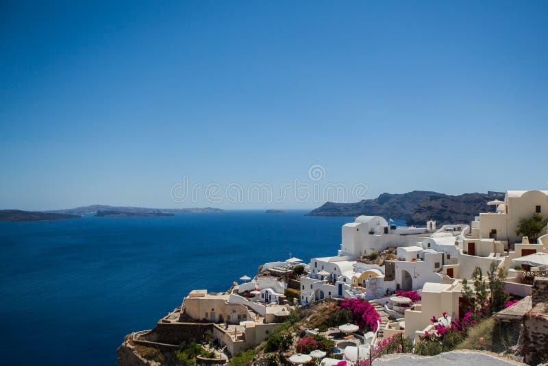 Oia stad op Santorini-eiland, Griekenland Weergeven van traditionele witte huizen en kerken met blauwe koepels over de Caldera royalty-vrije stock foto's
