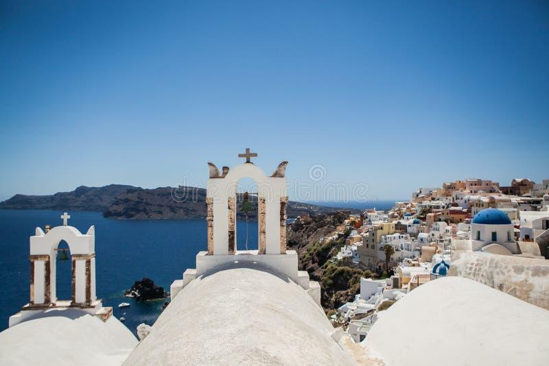 Oia stad op Santorini-eiland, Griekenland Weergeven van traditionele witte huizen en kerken met blauwe koepels over de Caldera stock foto's