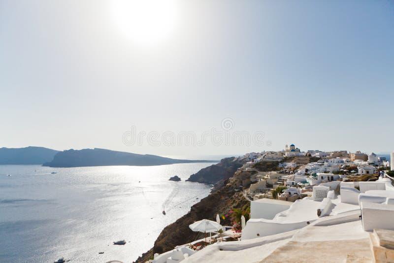 Oia stad op Santorini-eiland, Griekenland Weergeven van traditionele witte huizen en kerken met blauwe koepels over de Caldera royalty-vrije stock afbeelding