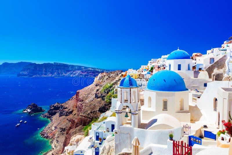 Oia stad på den Santorini ön, Grekland Caldera på det Aegean havet royaltyfri bild