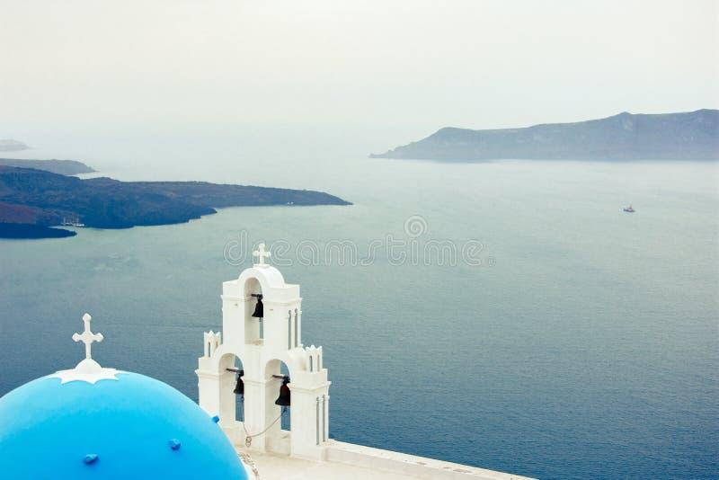 Oia stad på den Santorini ön, Grekland Traditionella och berömda hus och kyrkor med blåa kupoler över calderaen arkivfoto