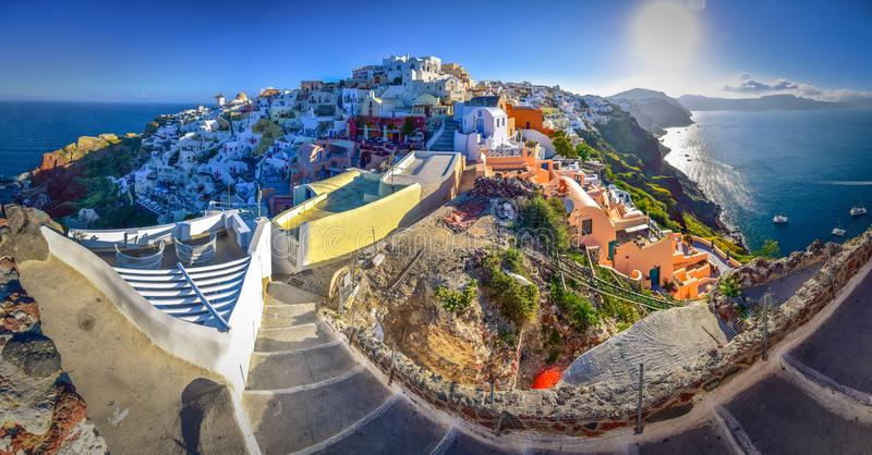 Oia stad på den Santorini ön, Grekland Traditionella och berömda hus och kyrkor med blåa kupoler över calderaen royaltyfri foto