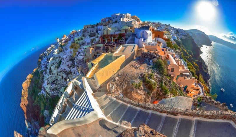 Oia stad på den Santorini ön, Grekland Traditionella och berömda hus och kyrkor med blåa kupoler över calderaen royaltyfri bild