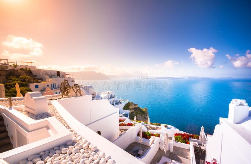 Oia stad på den Santorini ön, Grekland Traditionella och berömda hus och kyrkor med blåa kupoler över calderaen, Aegean hav royaltyfria foton