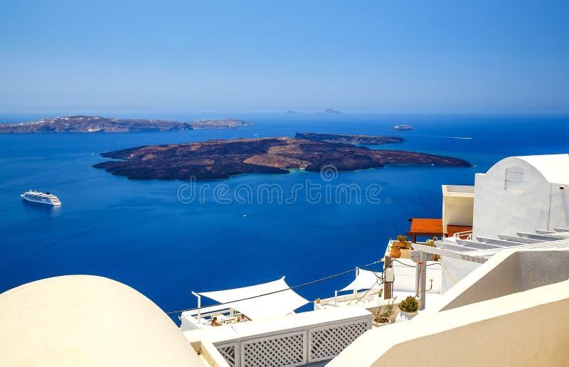 Oia stad på den Santorini ön, Grekland Traditionella och berömda hus och kyrkor med blåa kupoler över calderaen, färg för Aegean  royaltyfria bilder