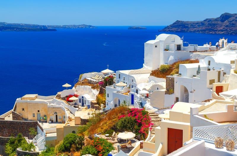 Oia stad på den Santorini ön, Grekland Traditionella och berömda hus och kyrkor med blåa kupoler över calderaen royaltyfri fotografi