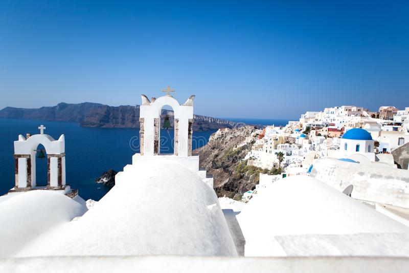Oia stad på den Santorini ön, Grekland Traditionella och berömda vita hus och kyrkor med blåa kupoler över calderaen arkivbilder
