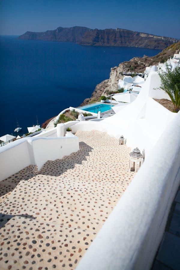 Oia stad på den Santorini ön, Grekland Traditionella och berömda vita hus och kyrkor med blåa kupoler över calderaen royaltyfria foton