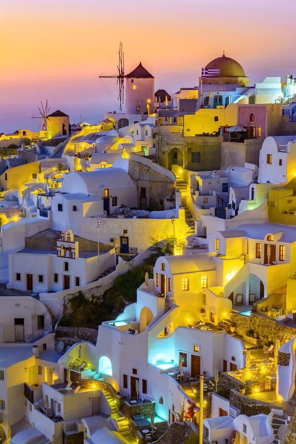 Oia stad, Santorini-eiland, Griekenland bij zonsondergang Traditioneel en FA stock fotografie