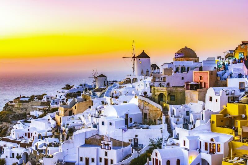 Oia stad, Santorini-eiland, Griekenland bij zonsondergang Traditioneel en FA royalty-vrije stock afbeeldingen