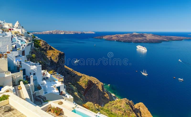Oia-Stadt auf Santorini-Insel, Griechenland Traditionelle und berühmte weiße Häuser und Kirchen mit blauen Hauben über dem Kessel stockfoto