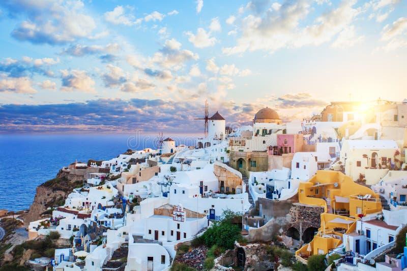 Oia sur l'île de Santorini Architecture, mer et ciel Paysage de Santorini, horizon de ville d'Oia images libres de droits