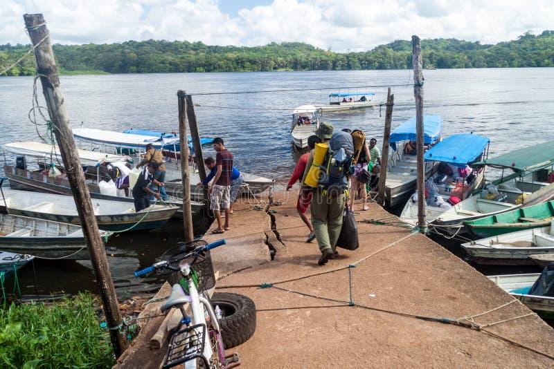 OIAPOQUE, BRASILIEN - 1. AUGUST 2015: Kleine Boote auf Fluss Oiapok Oiapoque oder Oyapock in Oiapoque-Stadt Sie setzen Leute über lizenzfreie stockfotos