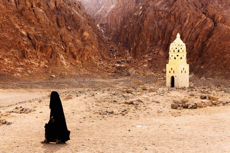 Oidentifierad beduinflicka i byn royaltyfria bilder