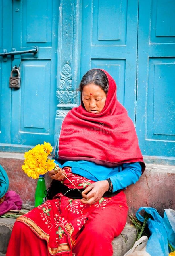 Oidentifierad blommaförsäljare i Katmandu, Nepal. royaltyfria foton