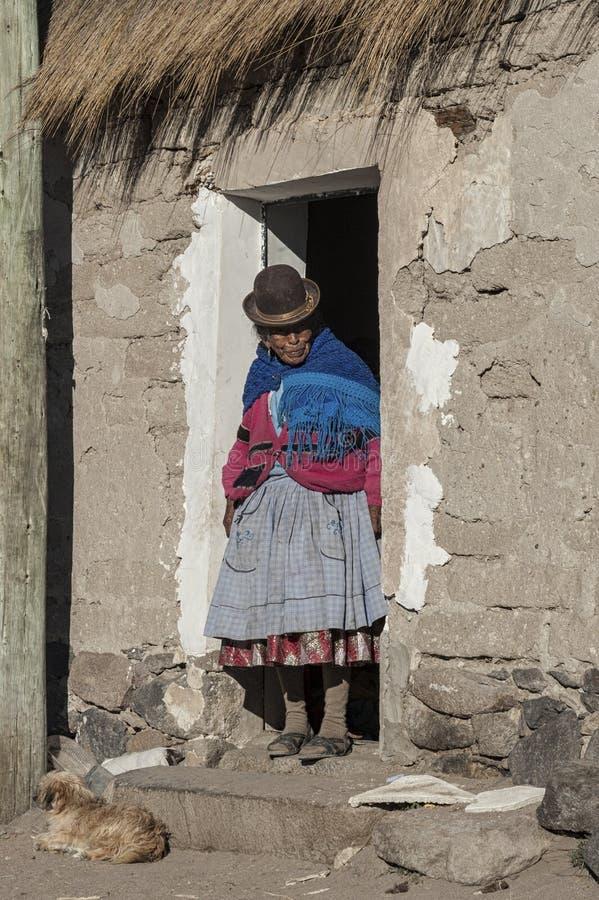 Oidentifierad bolivian äldre kvinna i byn av Jirira i den `-Ruta Intersalar `en Oruro - Bolivia, Sydamerika fotografering för bildbyråer