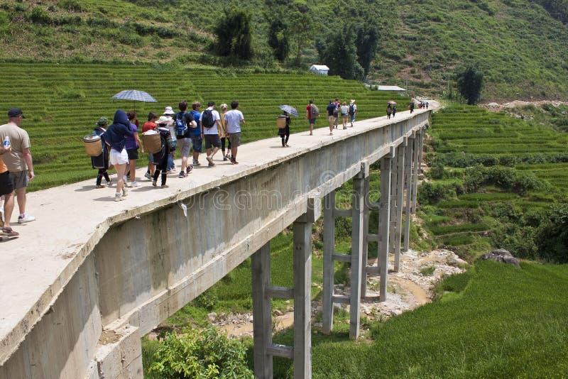 Oidentifierad bro för turist- och lokalkorsbetong royaltyfria foton
