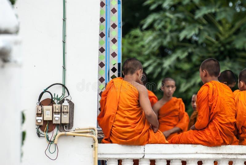 Oidentifierad buddismneofyt som spelar liten munklivstil i den Buddihist templet royaltyfri foto