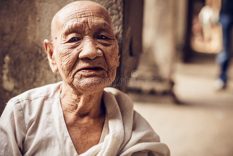 Oidentifierad buddistisk munk i det Angkor Wat komplexet royaltyfri fotografi