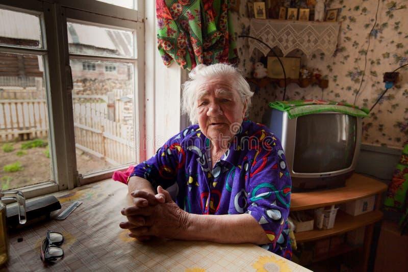 Oidentifierad gammal kvinna Veps - litet Finno-Ugric folk som bor på territoriet av den Leningrad regionen i Ryssland arkivfoton