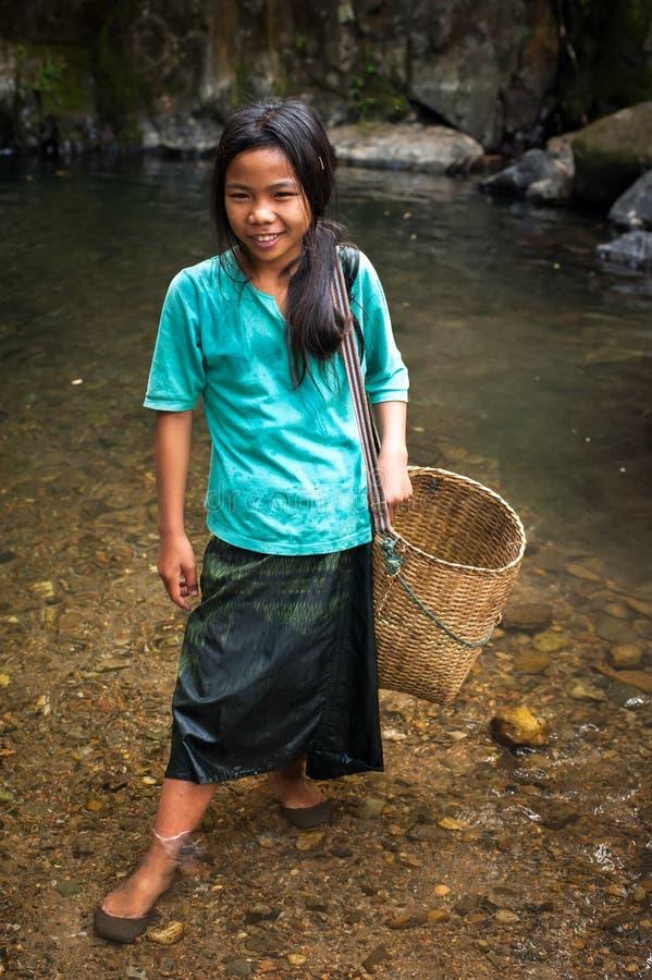 Oidentifierad gullig asiatisk flicka nära den tropiska vattenfallet laos royaltyfria bilder